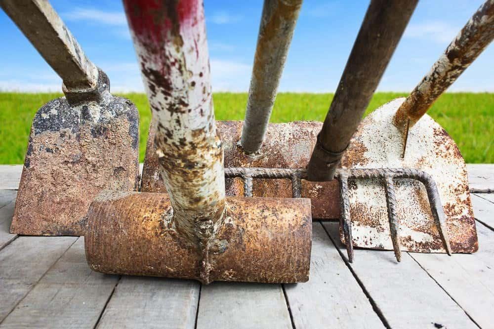 curățarea uneltelor de grădină